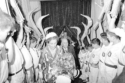 Homenaje de los jugadores de cesta punta en el frontón de San Sebastián, en 1964.