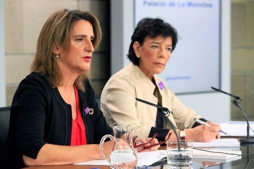 La ministra para la Transición Ecológica, Teresa Ribera, junto a la portavoz del Gobierno, explica su decreto de renovables.