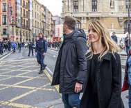 Cayetana Älvarez de Toledo mientras es increpada por simpatizantes independentistas en Bilbao.
