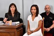 Ana Julia Quezada (c), autora confesa de la muerte de Gabriel Cruz, al comienzo de la vista en la Audiencia de Almería.