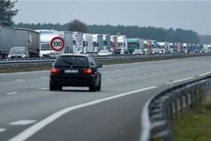 Una hilera de camiones bloquea la autopista A63, este sábado, para protestar por la subida