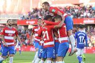 GRAF5099 <HIT>GRANADA</HIT>.-Los jugadores del <HIT>Granada</HIT> celebran el primer gol de su equipo que marcó Carlos Fernández durante el partido correspondiente a la decimosexta jornada de LaLiga Santander, que el <HIT>Granada</HIT> y el <HIT>Alavés</HIT> disputaron este sábado en el nuevo estadio de Los Cármenes de <HIT>Granada</HIT>