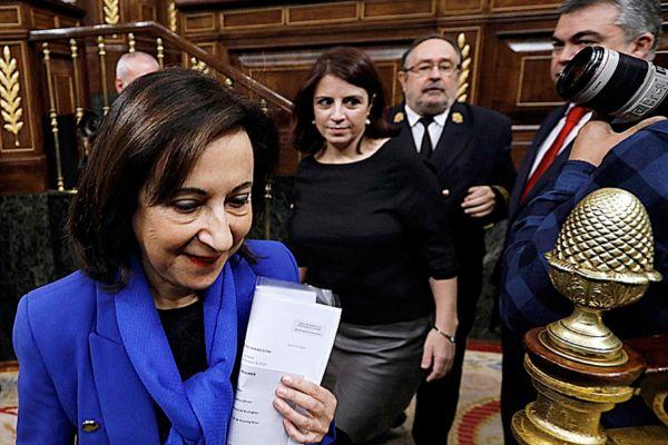 La ministra de Defensa, Margarita Robles, con Adriana Lastra detrás.
