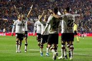 Los jugadores del Valencia festejan su victoria en el derbi ante el Levante.