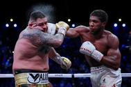 Joshua golpea a Ruiz, durante el combate celebrado en Arabia Saudí.
