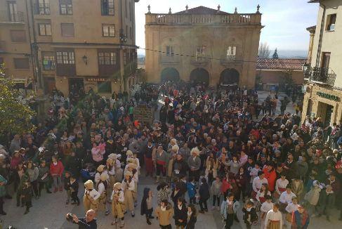 Cientos de personas celebrando, este sábado, en Labastida la fiesta de la Ronda.