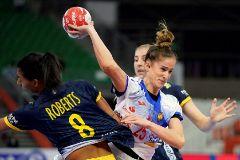 -FOTODELDIA- Kumamoto (Japón).- La jugadora española Nerea <HIT>Pena</HIT> (dcha) se enfrenta a la sueca Jamina Roberts (izq) durante un partido del Mundial de balonmano femenino disputado en Kumamoto (Japón) este domingo.