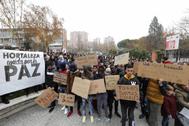 Menores migrantes en la concentración del barrio de Hortaleza