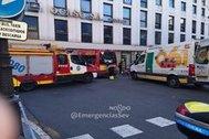 Bomberos y personal sanitario junto al autobús siniestrado este sábado en Sevilla.