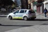 Un coche patrulla de la Policía Local de Málaga por las calles de la capital.