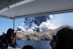 Al menos cinco  muertos y decenas de turistas atrapados tras la erupción del Whakaari