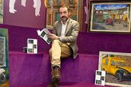 El empresario, economista y ex presidente del Eibar Alex Aranzabal, con su nuevo texto en la librería Elkar.