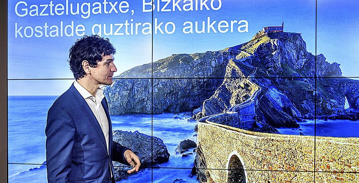 El diputado general de Bizkaia, Unai Rementeria, en la presentación de los nuevos equipamientos de Gaztelugatxe.