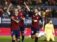 GRAF5674. PAMPLONA (NAVARRA).- El jugador de <HIT>Osasuna</HIT> Ezequiel 'Chimy' <HIT>Ávila</HIT> (i) celebra su gol ante el Sevilla en el partido de Liga en Primera División que disputan este noche en el estadio de El Sadar, en Pamplona.