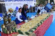 Sabor Málaga difunde la gastronomía local y elabora la mayor ensalada malagueña del mundo