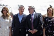 Mauricio Macri y Alberto Fernández, con sus respectivas esposas, posan juntos el domingo.