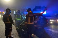Los bomberos, en el lugar del accidente.