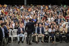 Santiago Abascal, en un mitin celebrado en Valencia, con Enrique Cabanas (con barba, a la derecha) y, tapado por el líder de Vox, Kiko Méndez-Monasterio.