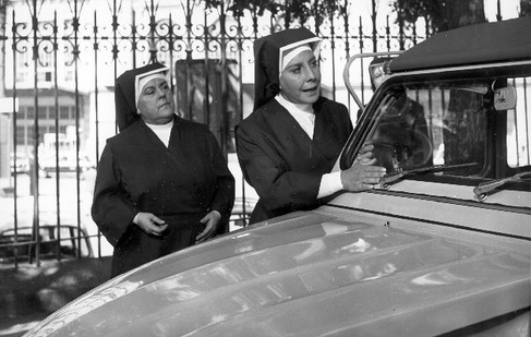 Gracita Morales (dcha.) en un fotograma de 'Sor Citroën', junto a Rafaela Aparicio.