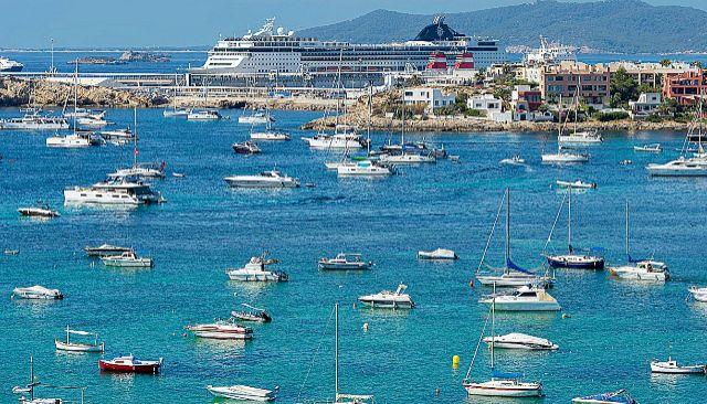 Barcos fondeados en la bahía de Talamanca, en Ibiza. GERMÁN LAMA