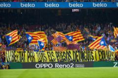 Banderas y pancartas independentistas en la grada del Camp Nou.