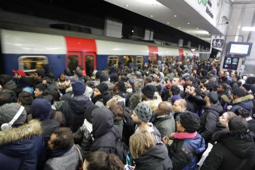 """Francia protesta contra la reforma de las pensiones en un martes """"negro"""" en el transporte"""