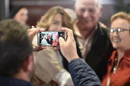 Un seguidor toma una fotografía con su teléfono móvil a la líder del PSOE-A en un acto electoral.