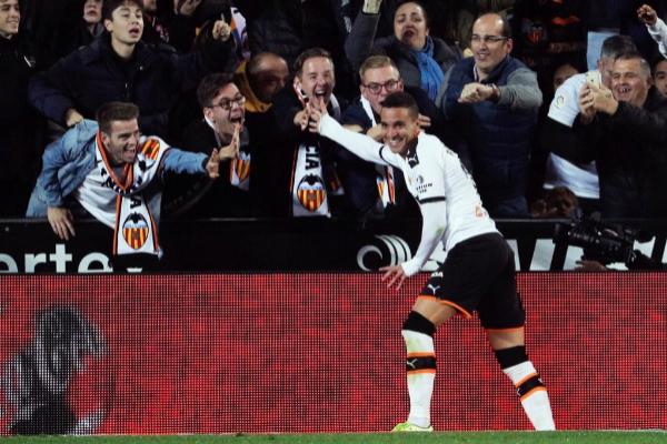 Rodrigo en un partido con el Valencia