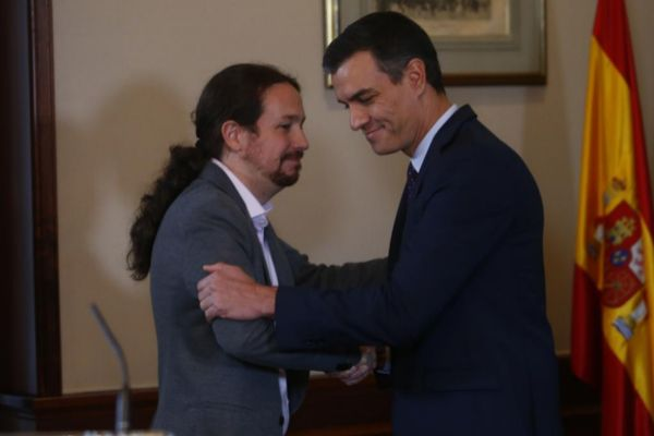 Pedro Sánchez y Pablo Iglesias, tras firmar el pacto entre PSOE y...