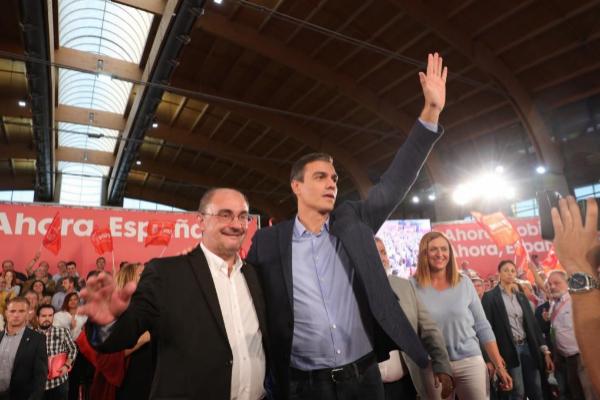 El presidente de Aragón, Javier Lambán, en un acto electoral con el...