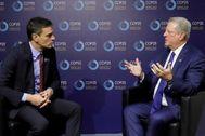 GRAF6426. MADRID.- El presidente del Gobierno en funciones, Pedro Sánchez (i) conversa con el exvicepresidente de los Estados Unidos, Al <HIT>Gore</HIT>, durante el encuentro que han mantenido este martes dentro de la Cumbre del Clima COP25 que tiene lugar estos días en Madrid.  POOL