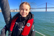 Greta Thunberg posa en La Vagabonde'  tras llegar a Lisboa.
