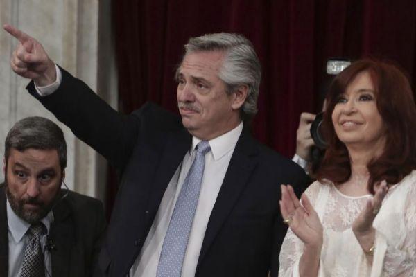 Alberto Fernández, nuevo presidente de Argentina, junto a su...
