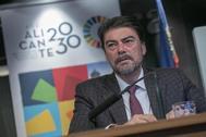 El alcalde de Alicante, Luis Barcala, ayer, en la reunión de trabajo interna con personal del Ayuntamiento de Alicante.