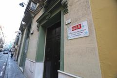 Fachada principal del edificio en el que el PSOE del centro de Málaga tiene su sede, con el local comprado por la Junta al lado.