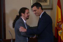 Pedro Sánchez y Pablo Iglesias, tras firmar el pacto entre PSOE y Podemos.