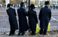 Un grupo de judíos cerca del Palacio de Buckingham antes de la cumbre de la OTAN, en Londres.