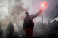 Un manifestante en Lyon, este martes en el sexto día de huelga francesa.