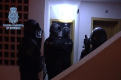Policías nacionales en una redada en Manilva para detener a un presunto yihadista el pasado enero.