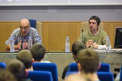 López de Abetxuko y Txema Matanzas durante su charla ante estudiantes en el Aulario de la UPV en Vitoria.