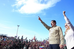 Nicolás Maduro saluda a las tropas venezolanas, acompañado de su esposa, Cilia Flores.