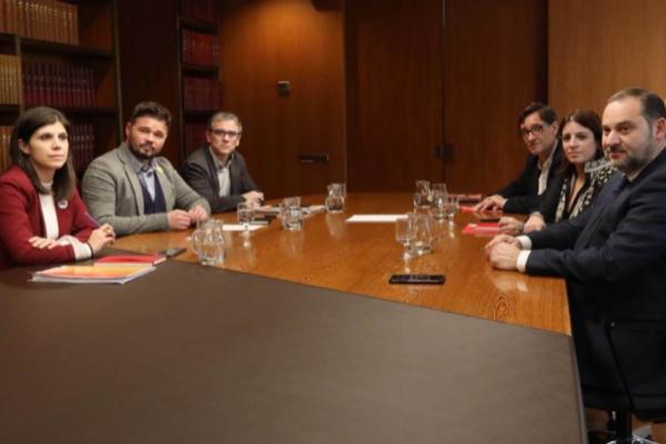 Los equipos de ERC (izqda.) y el PSOE (dcha.), este martes, en la sede...