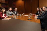 Los equipos de ERC (izqda.) y el PSOE (dcha.), este martes, en la sede del Área Metropolitana de Barcelona, gobernada por el PSC, los 'comunes', ERC y JxCat.