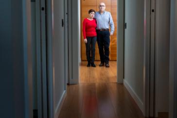 Rosa Alcaraz y Juan José Barrera, padres de Miriam y Esther, este lunes en su casa de Madrid.