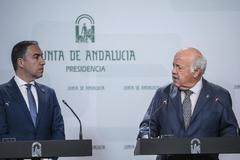 Los consejeros de Presidencia y Salud, Elías Bendodo y Jesús Aguirre.