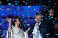 """FOTODELDÍA - JJPANA9263. BUENOS AIRES (ARGENTINA), 10/12/2019.- El Presidente <HIT>Alberto</HIT> <HIT>Fernández</HIT> (i) y la Vicepresidenta Cristina <HIT>Fernández</HIT> de Kirchner saludan a sus simpatizantes durante la celebración en la Casa Rosada, tras la llegada este martes de <HIT>Fernández</HIT> a la Presidencia en Buenos Aires (Argentina). Al ritmo de la música y al calor del sol del diciembre austral, la emblemática Plaza de Mayo de Buenos Aires desbordó este martes de peronistas pletóricos por la llegada de <HIT>Alberto</HIT> <HIT>Fernández</HIT> a la Presidencia argentina y por dejar atrás los cuatro años de mandato de Mauricio Macri. El lema más repetido entre los miles de asistentes fue simple y directo: """"Volvimos"""". Mientras ellos festejaban en la Plaza al compás de las numerosas bandas invitadas a la fiesta de la asunción, detrás del escenario, en la Casa Rosada, sede del Gobierno argentino, <HIT>Fernández</HIT> ya ejercía como nuevo jefe de Estado."""