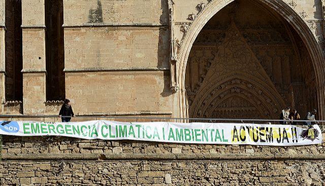 Miembros del Gob desplegaron ayer una pancarta junto a la Catedral de Palma.