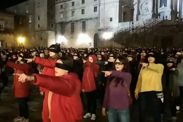 Cientos de mujeres se reunieron en la Plaza del Obradoiro de Santiago...