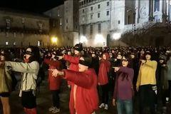 Cientos de mujeres se reunieron en la Plaza del Obradoiro de Santiago para representar la 'performance' feminista 'El violador eres tú'.