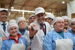El presidente de la Junta, Moreno Bonilla, en una visita a una fábrica de polvorones.